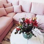 Pink love B?de bord och soffa fr?n oss hemma hos @elin.hagberg ~ ~ ~ #trendrum #interiordesign #interior #livingroom #inredning #furniture #design #scandinaviandesign #home #homeinspo #inspiration #interior123 #picoftheday #potd #beautiful #style #decoration #decor #livingroominspo #sweden #swedish #light #inredning #soffa #marble #flowers #webshop #pink
