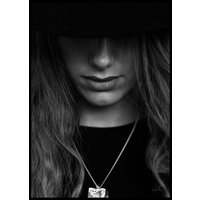HAT PORTRAIT CLOSE UP B&W - Poster 50x70 cm